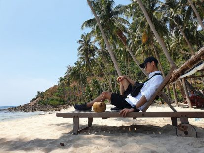 thưởng thức nước dừa trên đảo nam du