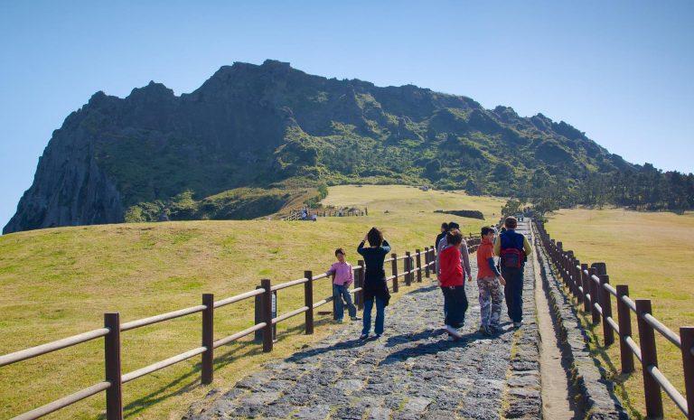 con đường dẫn lên đỉnh núi lửa seongsan ilchuldong