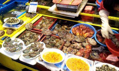cửa hàng bán hải sản trong chợ đêm dongmun