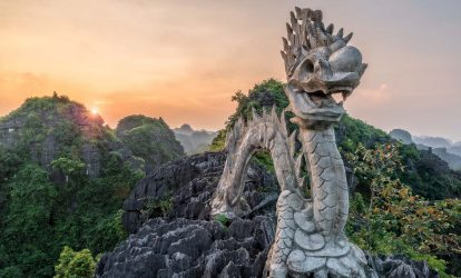 tượng rồng đá trên đỉnh hang múa