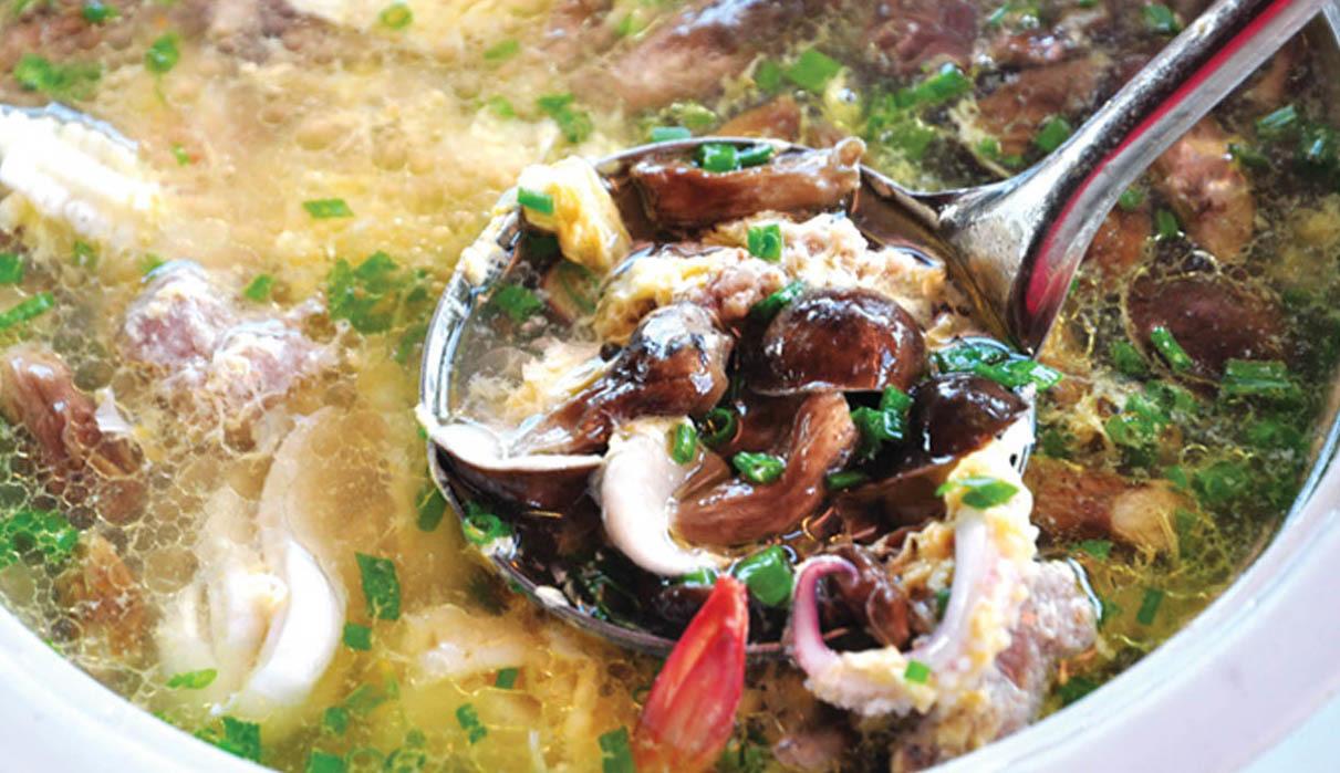 du lịch phú quốc tự túc nên ăn gì? canh nấm tràm hải sản