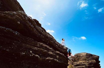 vách đá núi cao cát đảo phú quý